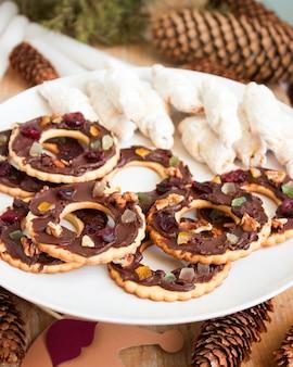 Plätzchenschokoladenmarder und -kifli in einer neujahrs- oder weihnachtsdekoration. rustikaler stil