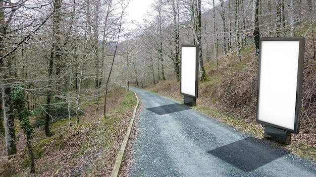 Plakat plakatwand auf der straße zu den bergen. leeres werbetafelmodell in der straße