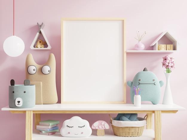 Plakate im kinderzimmerinnenraum, plakate auf leerem rosa wandhintergrund.