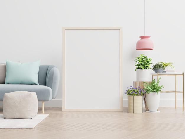 Plakatmodell mit vertikalem rahmen, der auf boden im wohnzimmer mit blauem samtsofa steht