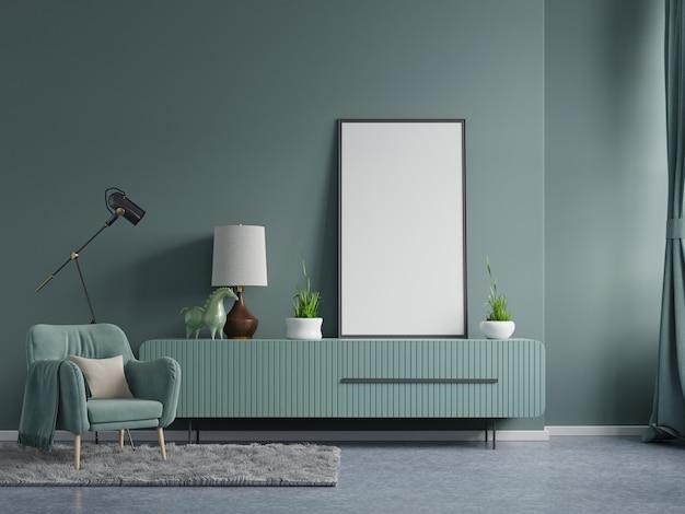 Plakatmodell mit vertikalen rahmen auf leerer dunkelgrüner wand im wohnzimmerinnenraum mit dunkelgrünem samtsessel. 3d-darstellung
