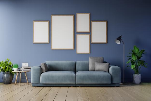 Plakatmodell mit vertikalen rahmen auf leerer dunkler wand im dunkelblauen sofa der wohnzimmerinnenanzeige.
