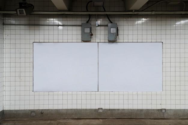Plakatschablone in der u-bahnstation
