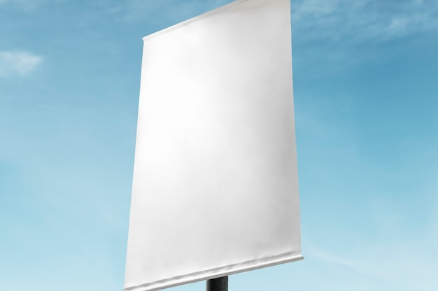 Plakatschild unter blauem himmel mit designfläche