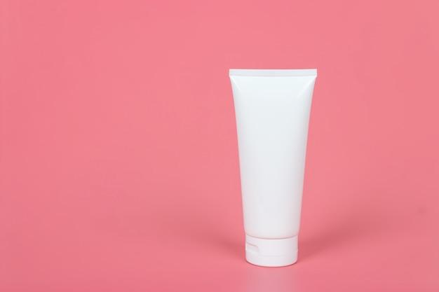 Plakatvorlage für kosmetikproduktanzeigen. kosmetisches schönheitsmodell. cremetubenpaket. shampoo oder duschgel verpackungsdesign