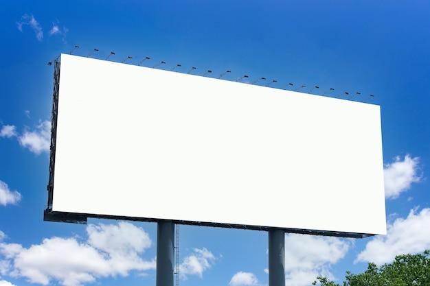Plakatwand auf dem raum der stadt. attrappe, lehrmodell, simulation