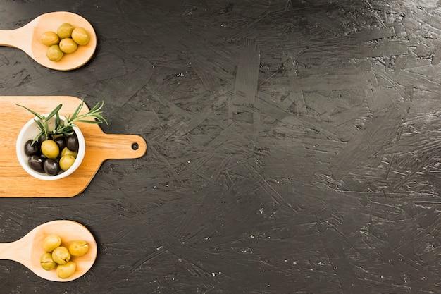 Plan mit schneidebrettlöffeln mit oliven