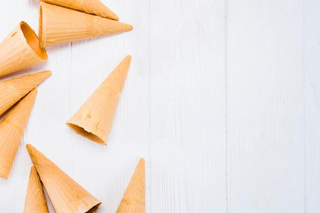 Plan von waffelkegeln für eiscreme auf weißer tabelle