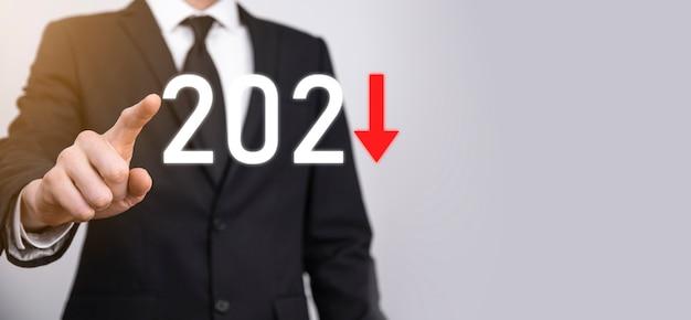 Planen sie ein negatives geschäftswachstum im jahr 2021-konzept. geschäftsmann planen und erhöhen negative indikatoren in seinem geschäft, lehnen geschäftskonzepte ab.