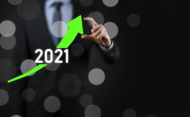 Planen sie ein positives geschäftswachstum im jahr 2021-konzept. geschäftsmann planen und erhöhen positive indikatoren in seinem geschäft, aufwachsen von geschäftskonzepten.