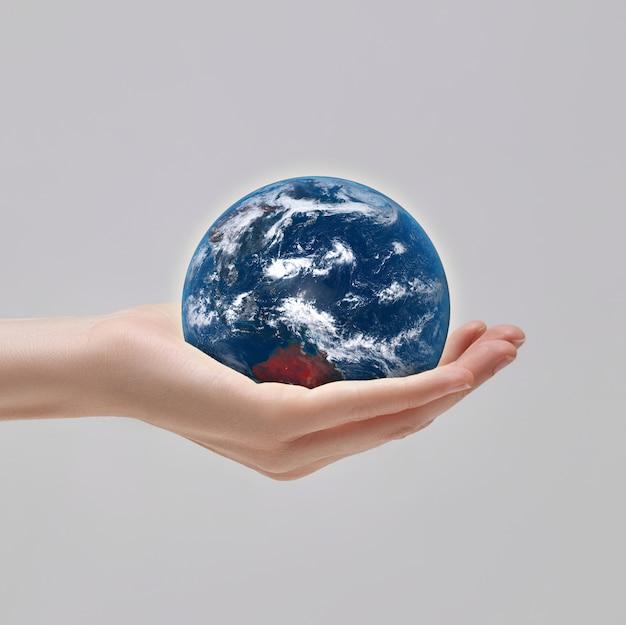 Planet erde in deiner handfläche. sorge um umwelt und ökologie