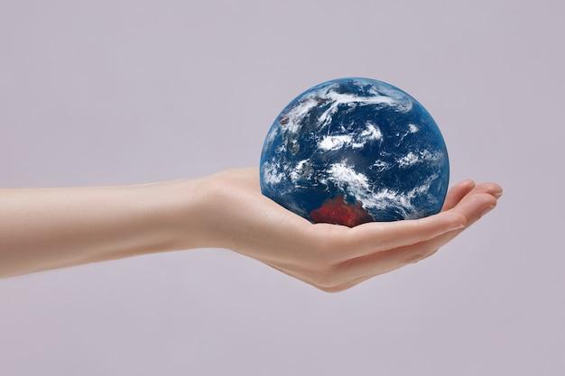 Planet erde in deiner handfläche