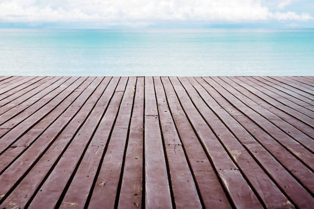 Planke in meer mit himmel.