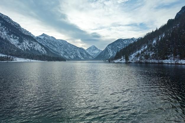 Plansee see winter abendansicht, tirol, österreich.