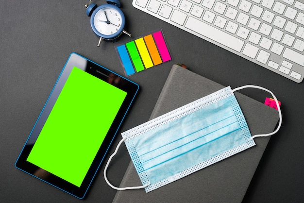 Planung 2021 jahre, medizinische maskentablette mit grünem bildschirm und uhr, tagesordnung