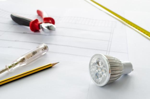 Planung eines elektrischen projekts in einem wohngebäude. umstellung auf led-lampen, um energie zu sparen