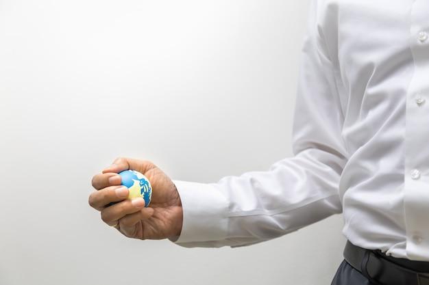 Planung globales geschäftskonzept. schließen sie oben von der geschäftsmannhand, die miniweltball auf weiß hält.