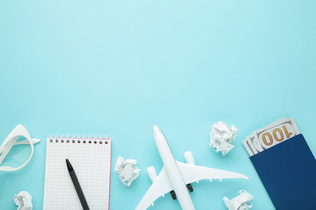 Planung von sommerferien, tourismus und reise vintage wand. reisetagebuch mit zubehör auf blau mit kopierraum. flach liegen.