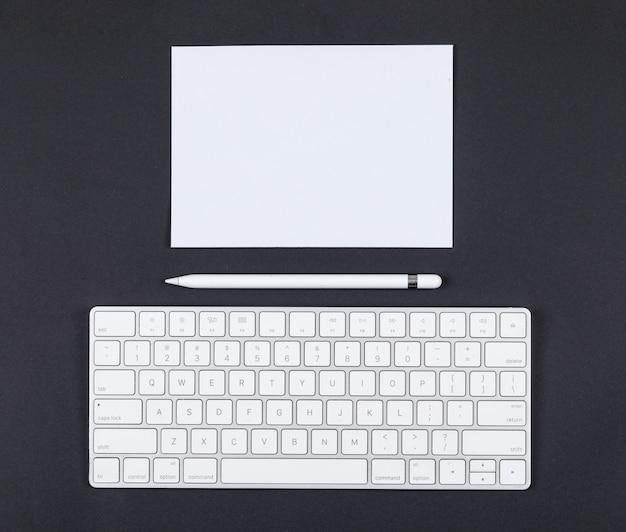 Planungskonzept mit bleistift, tastatur, papier auf draufsicht des schwarzen hintergrunds. platz für text. horizontales bild