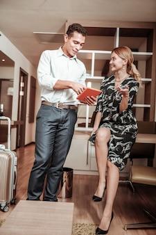 Planungstag. ein paar geschäftsleute planen ihren tag, nachdem sie für einen schönen wochenendtrip ins hotel gekommen sind