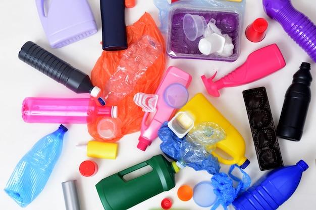 Plastikabfall getrennt auf weiß