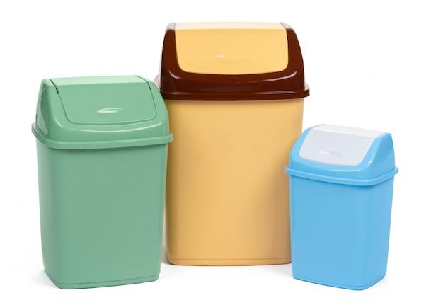 Plastikabfallbehälter lokalisiert auf weißem hintergrund
