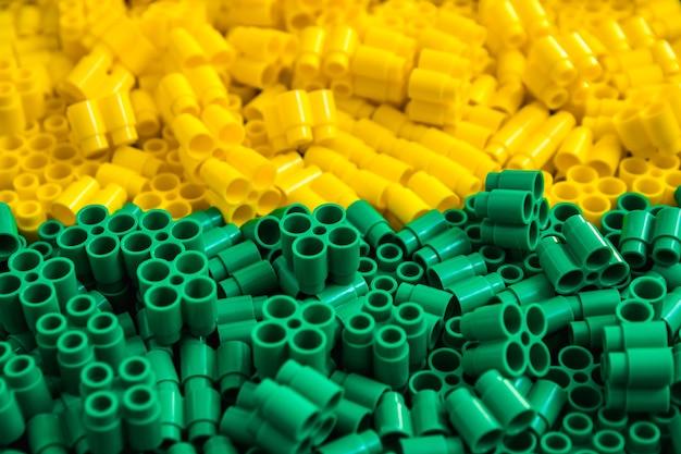 Plastikbausteine in rot, gelb und grün. details zu spielzeug. nahaufnahme.