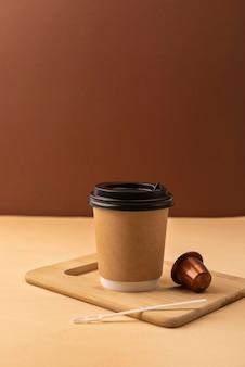Plastikbecher mit kaffeekapsel