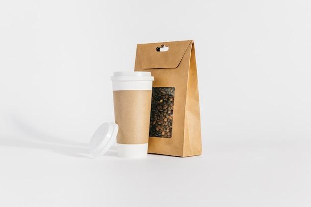 Plastikbecher neben kaffeebeutel