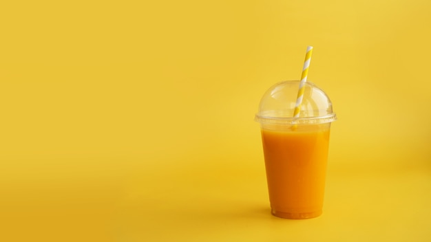 Plastikbecher orangengetränk natürlicher saft oder smoothies