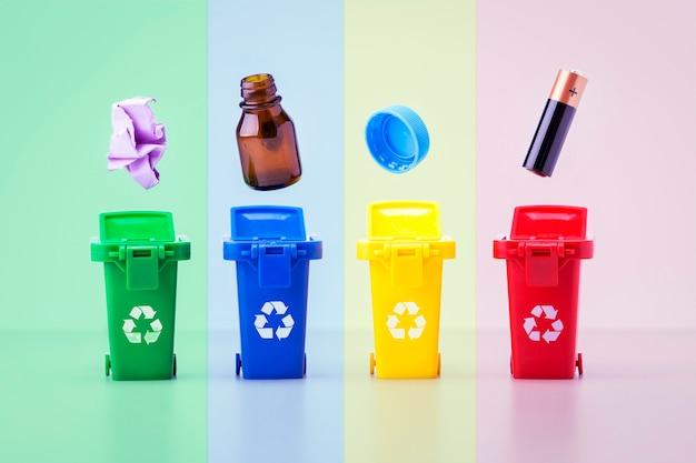 Plastikbehälter für müll verschiedener art. bunte papierkörbe. recycling-konzept.