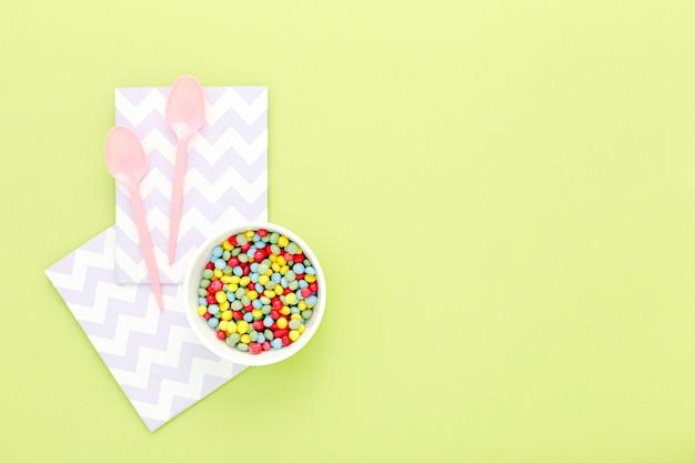 Plastikbesteck mit süßigkeiten