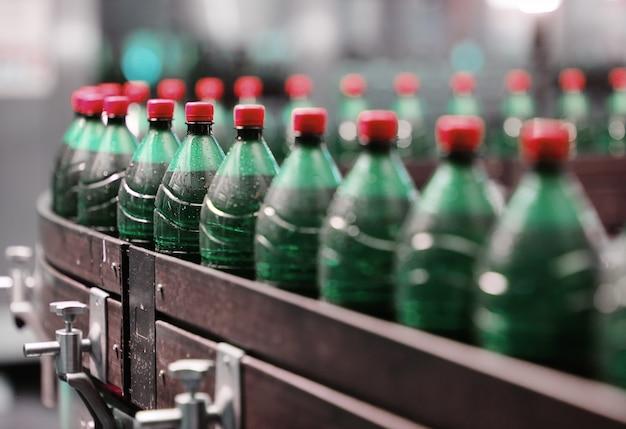 Plastikbierflaschen auf einem förderband