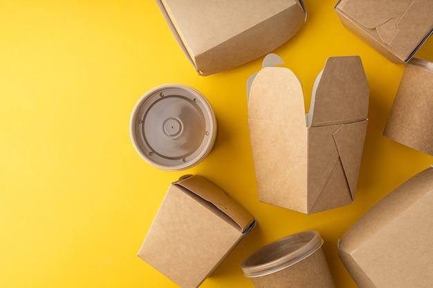 Plastikboxen für die lebensmittellieferung auf hellem hintergrund