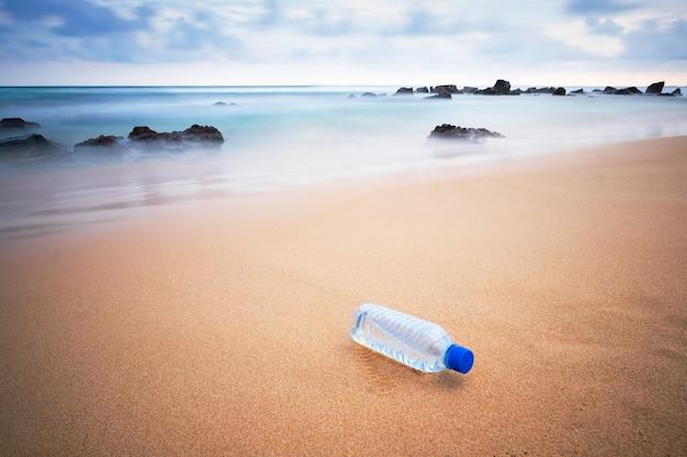 Plastikflasche am strand.
