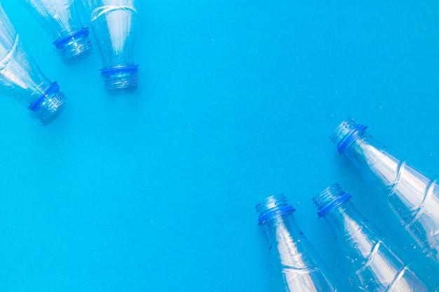 Plastikflasche auf einem festen blau