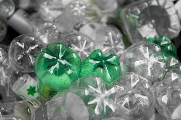 Plastikflasche des selektiven fokus in zurückführbarem abfall, management-wertstoffkonzept.