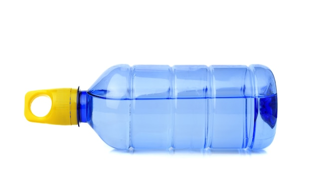 Plastikflasche für wasser isoliert auf weiß