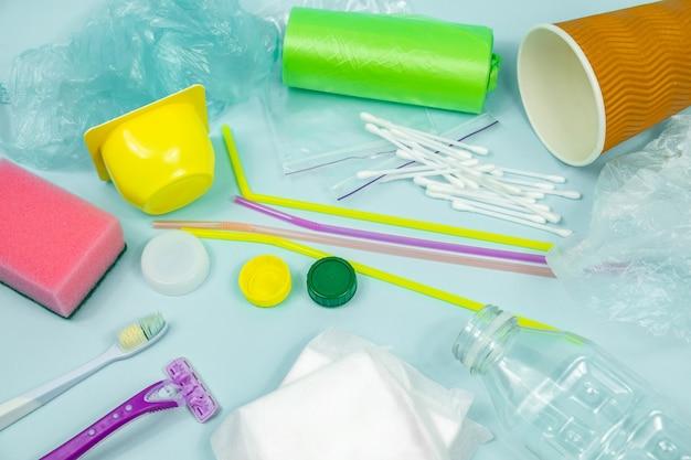 Plastikflasche, hygieneartikel und plastikverpackung mit ökologischen motiven