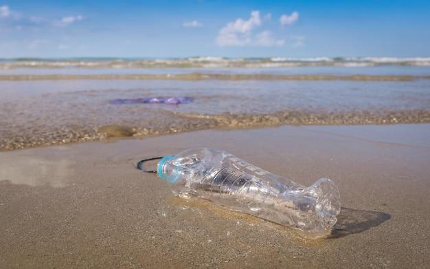 Plastikflasche oder müll am strand