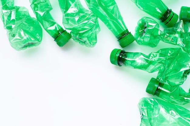 Plastikflaschen auf weißem hintergrund.