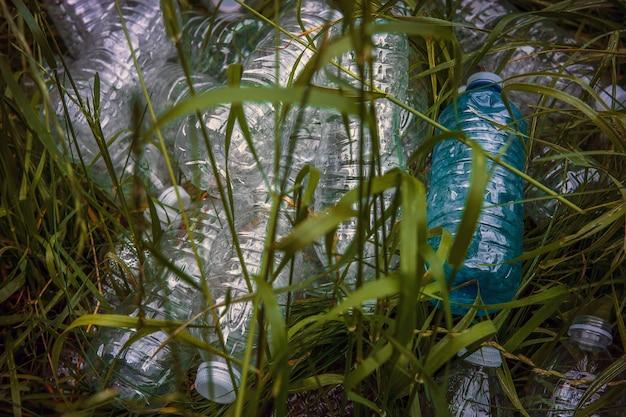 Plastikflaschen im grünen gras. problem in der natürlichen umgebung.