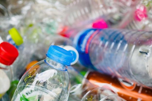 Plastikflaschen in der recycling-müllstation schließen oben