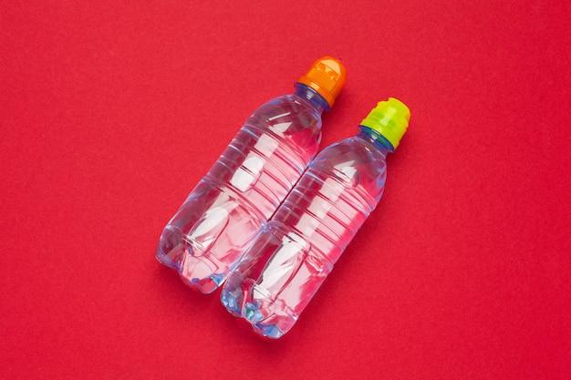 Plastikflaschen mit reinem wasser