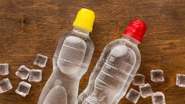 Plastikflaschen mit wasser und eis