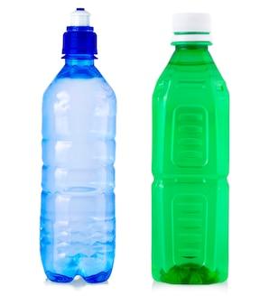 Plastikflaschen trinkwasser isoliert auf weißem hintergrund