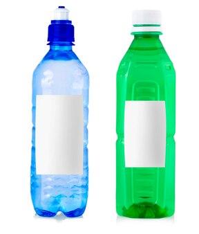 Plastikflaschen trinkwasser mit etikett auf weißem hintergrund