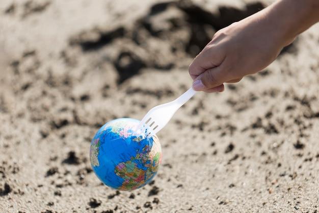Plastikgabel mit globus