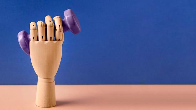 Plastikhand, die hantel hält
