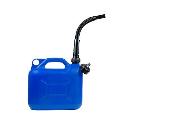 Plastikkanister für kraftstoff mit einem schlauch auf einem lokalisierten weißen hintergrund